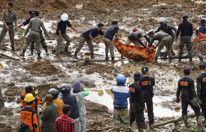 Оползни в Индонезии могли похоронить под собой более 100 человек