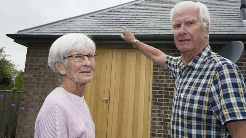 В Великобритании с неба на дом упал крупный кусок льда