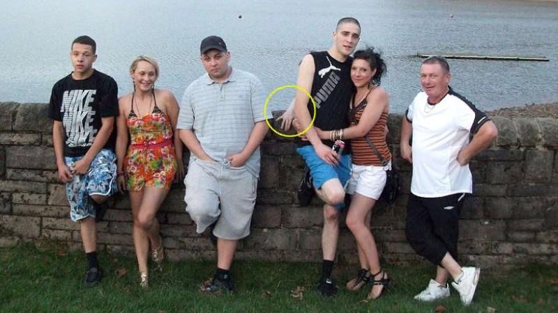 Появившаяся на фото лишняя рука указала на парня, который вскоре умер
