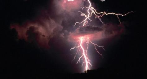 Мужчина во Флориде, снял в замедленной съемке удар молнии в море
