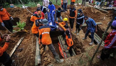 В Индонезии сошел массивный оползень
