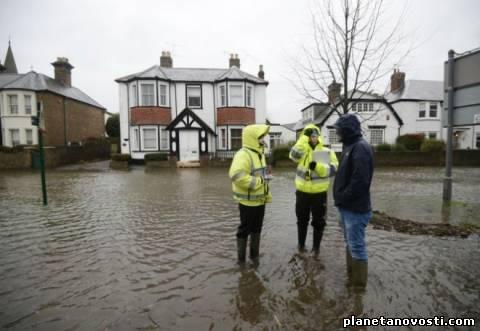 В результате наводнений в Великобритании погибли шесть человек