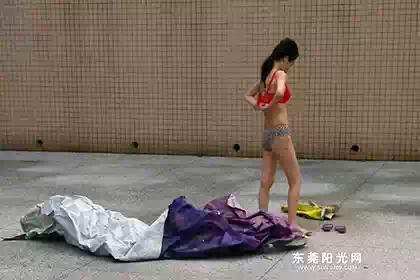Китаянка отпугнула своего преследователя внезапным стриптизом