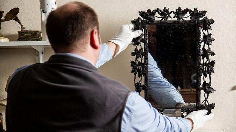 В туалете британской семьи 40 лет висело зеркало королевы Франции