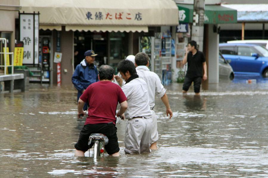 Япония: 100 тысяч эвакуированных после прохождения тропического шторма Этау