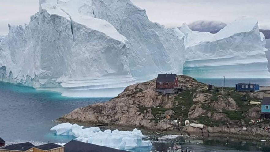 К гренландской деревне приплыл огромный айсберг: малейшее его разрушение грозит мощным цунами