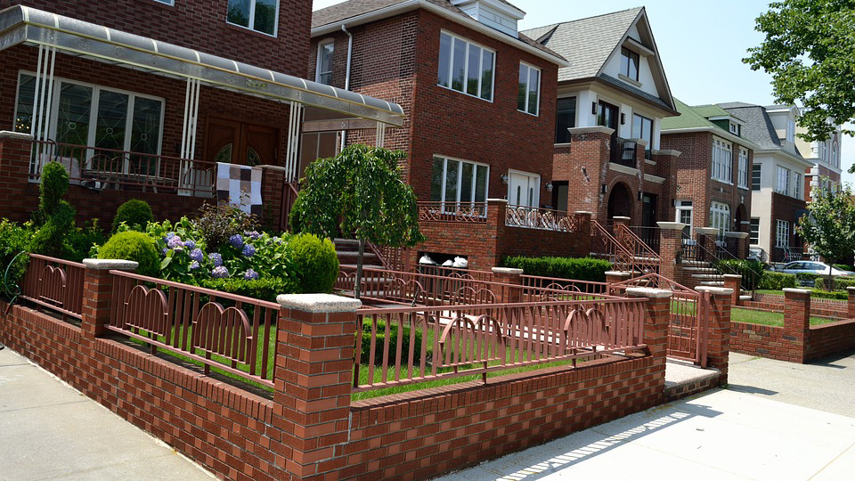 Кирпичные двухэтажные дома