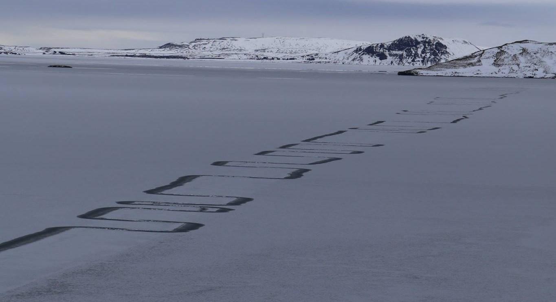 В Исландии на льду озера появился загадочный рисунок