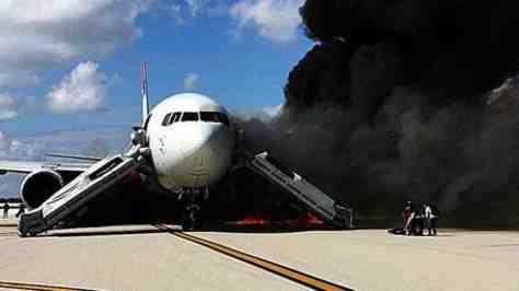 Форт-Лодердейл, Флорида — Пассажирский самолет Boeing 767 загорелся прямо на взлетной полосе
