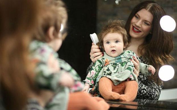 Пышная прическа четырехмесячной девочки прославила ее в Сети