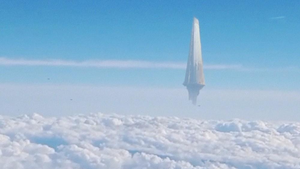 В небе над Японией завис странный объект