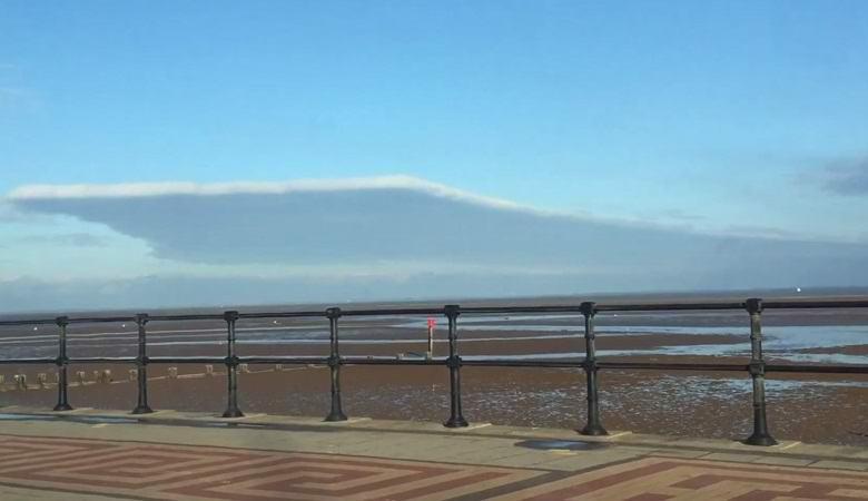 Над Англией появилось облако прямоугольной формы