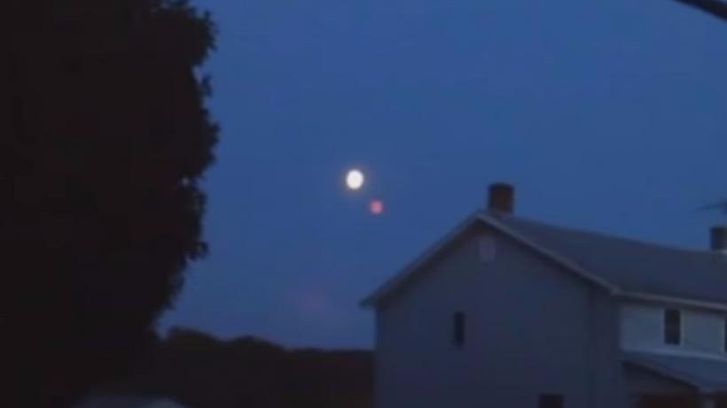 Житель США запечатлел возле Луны красную планету