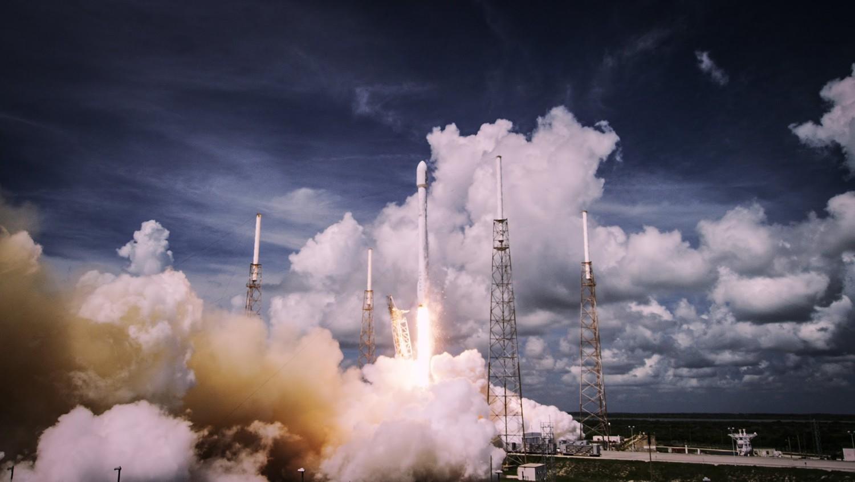 SpaceX отправит двух космических туристов к Луне в 2018 году