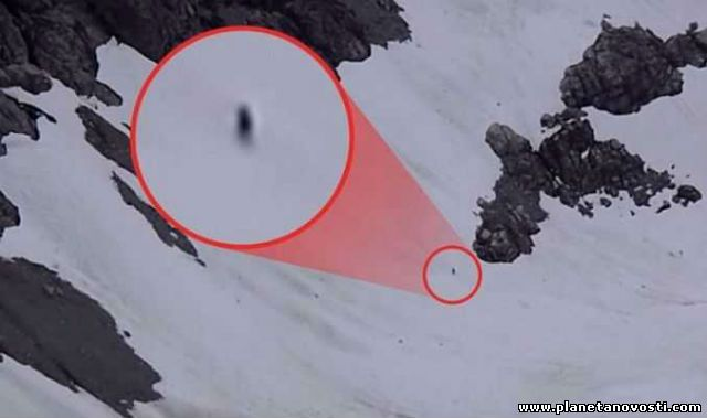 Это снежный человек: турист снял на видео появление в горах странного существа