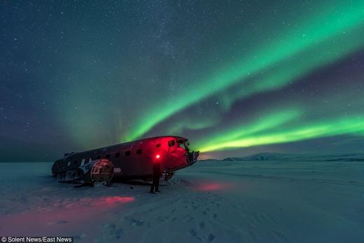 Исландия: Северное сияние подсвечивает крушение самолета