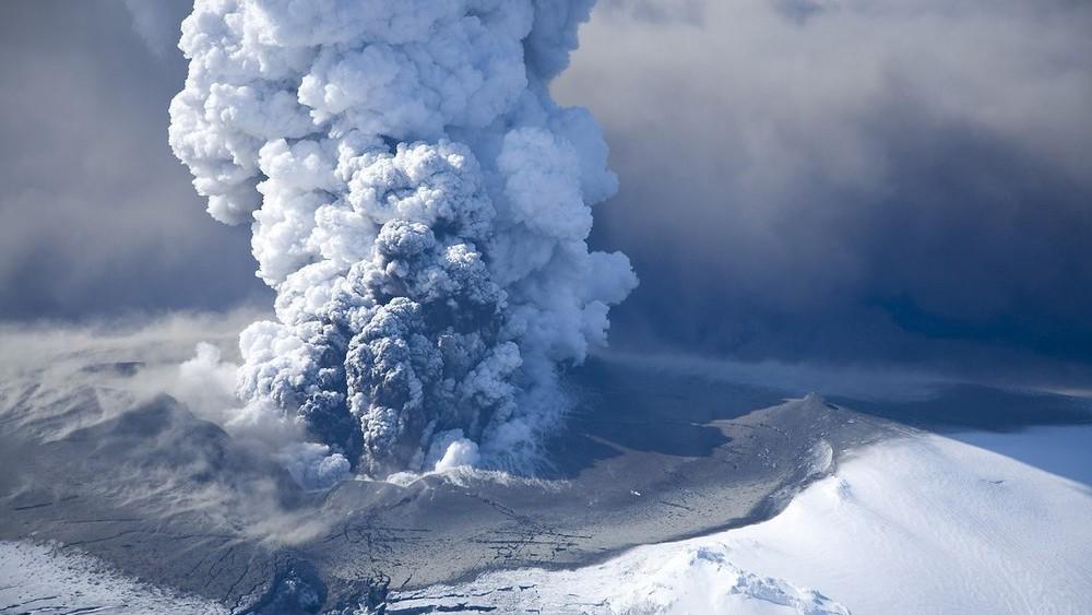 """Ученые: самый большой и активный вулкан Европы """"сползает в море"""" и скоро рухнет"""