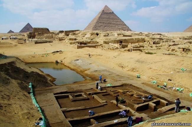 Руины оживленного порта рядом с египетскими пирамидами