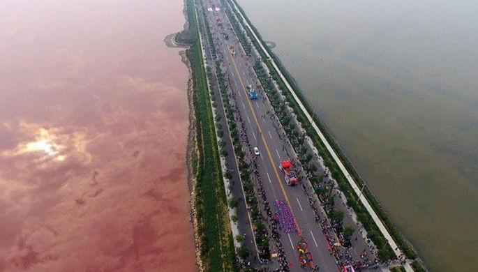 Китайское озеро за одну ночь приобрело кроваво-красный цвет
