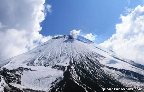Авачинский вулкан на Камчатке выбросил столб пара и газа