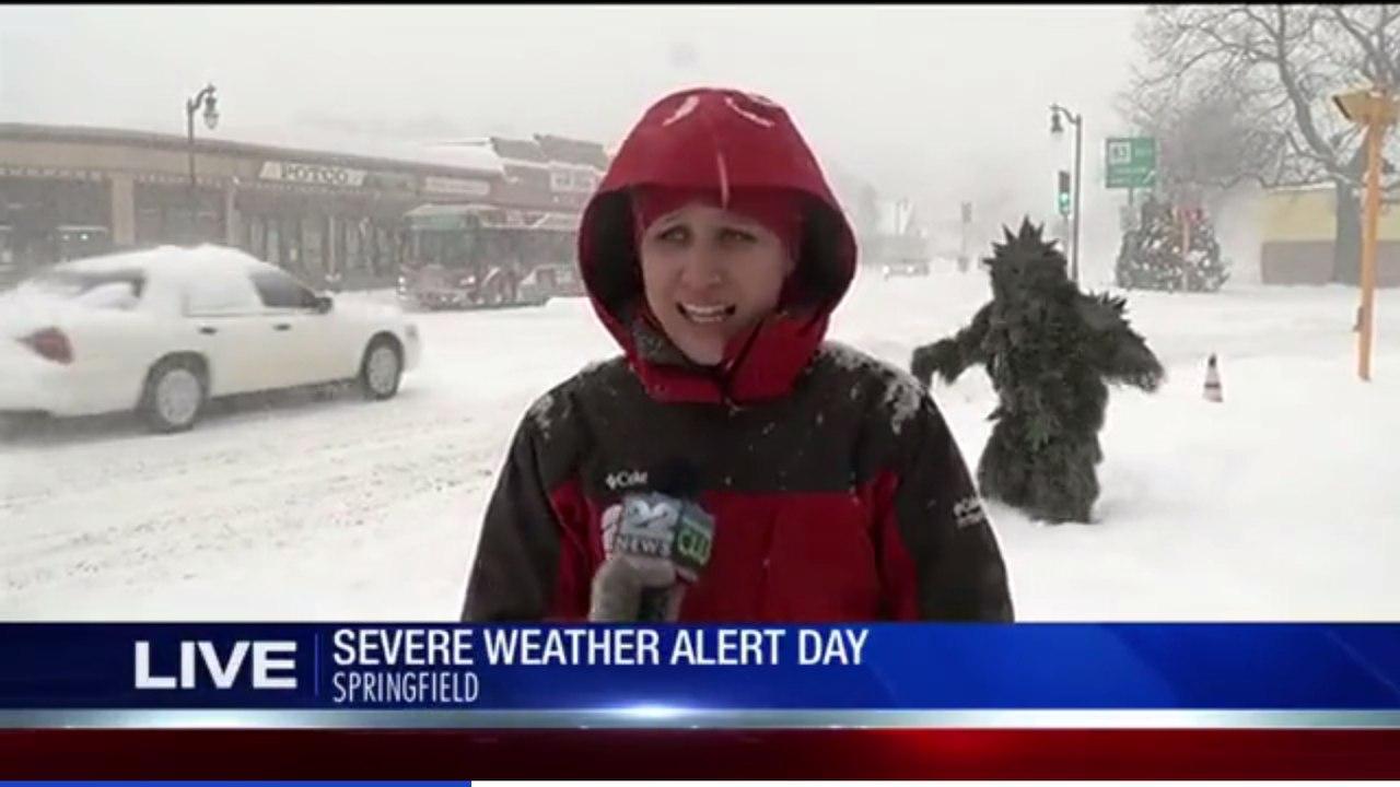 Во время репортажа про метель за спиной ведущей прошелся снежный человек