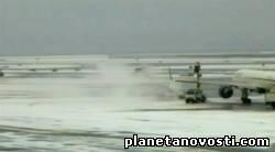 В Нью-Йорке самолет при посадке проехал ВПП и уткнулся в сугроб