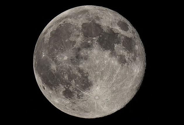 С каждым годом Луна отдаляется от Земли на четыре сантиметра
