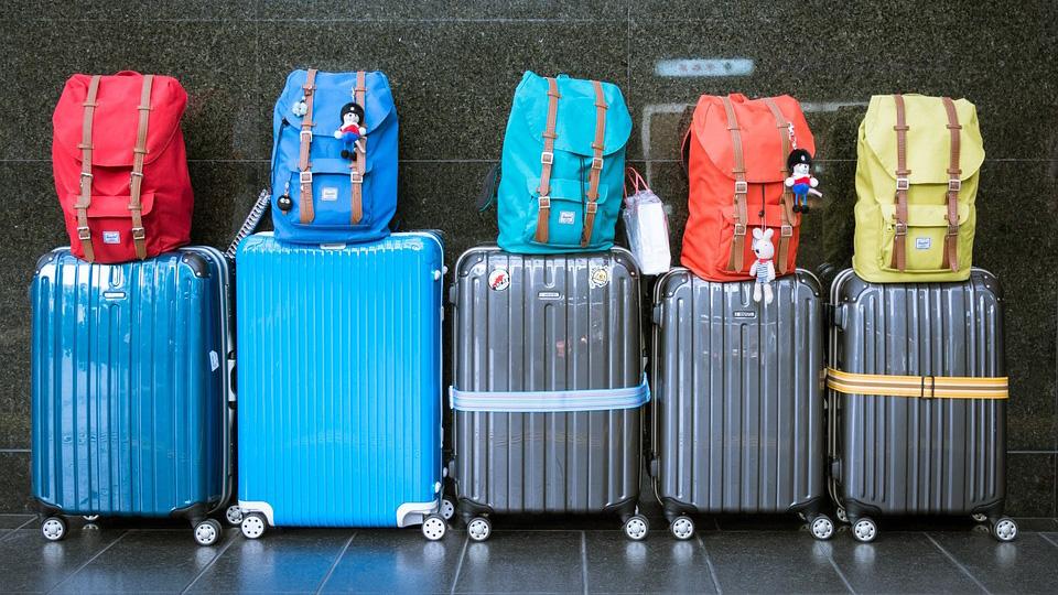 Купить чемодан пластиковый на колесиках, удобный и прочный