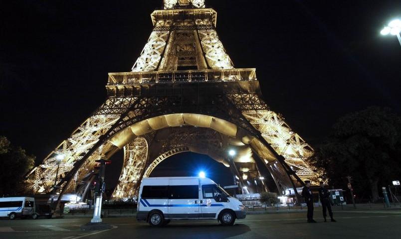 В Париже полиция эвакуируют людей от Эйфелевой башни