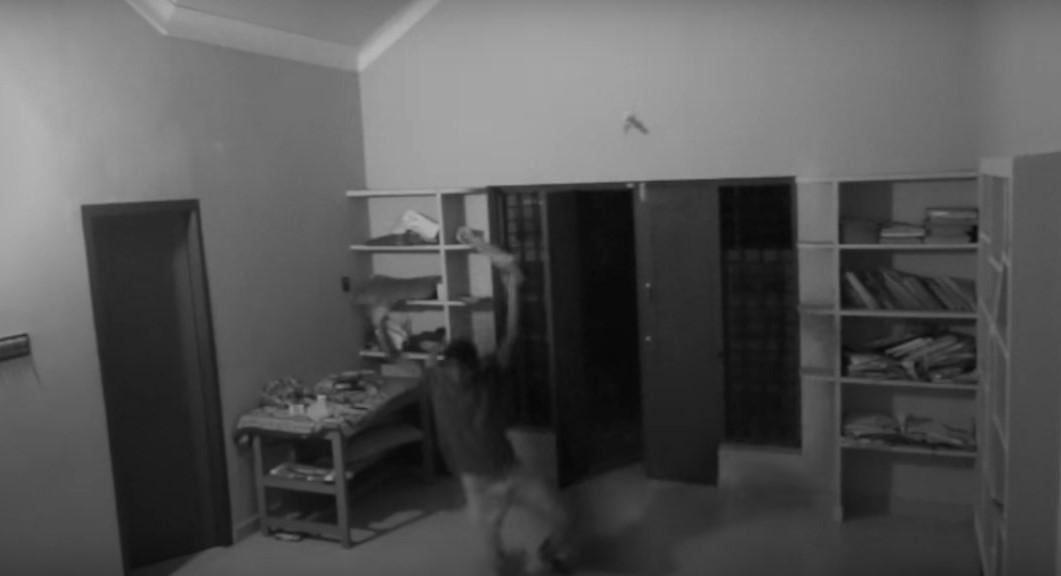 Злой призрак из шкафа накинулся на подростка