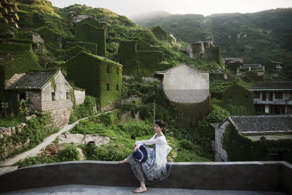 Заросшая плющом деревня привлекает сотни туристов