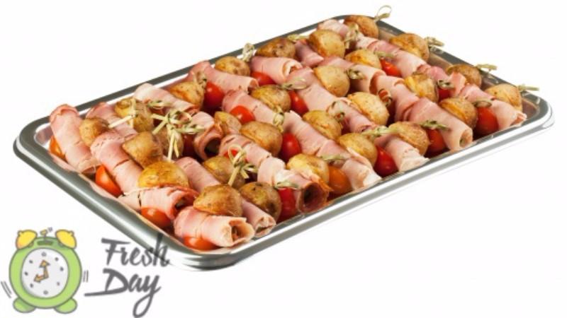 Канапе на шпажках: вкусные и удобные закуски на праздничном столе.