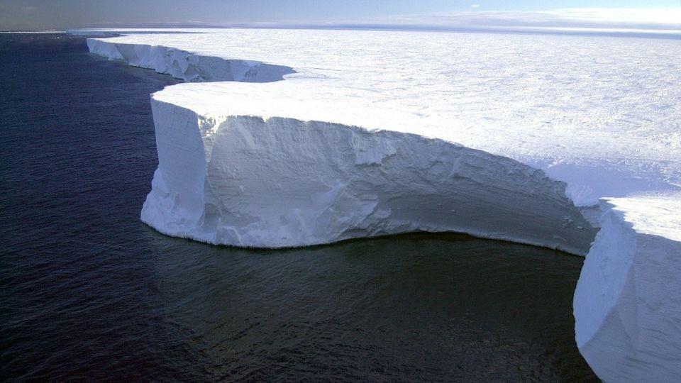 Самый большой айсберг в мире продолжает разваливаться на части