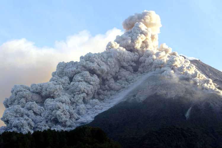 Извержение вулкана в Индонезии: 14 человек ищут спасатели