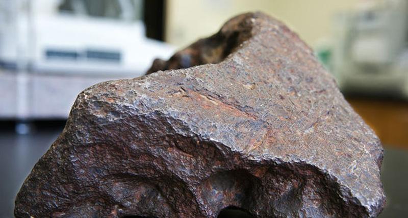 В Японии на жилой дом упали осколки метеорита