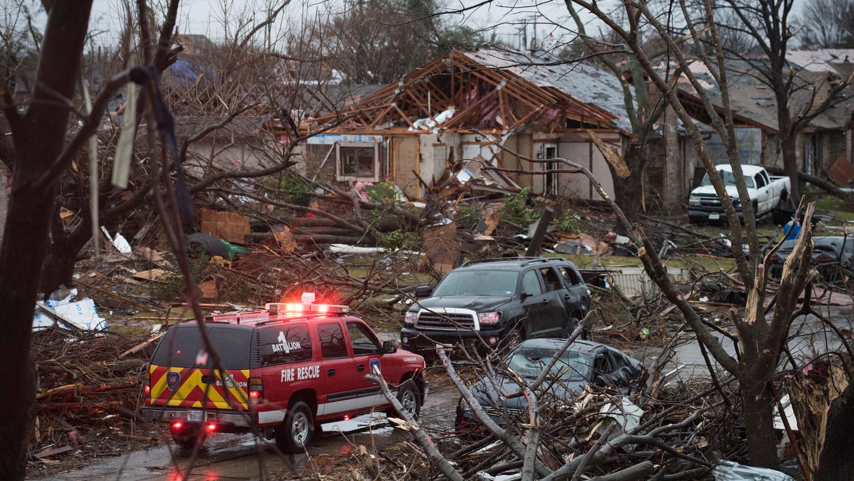 Ураган в Луизиане перевернул дом и унес жизни двух человек