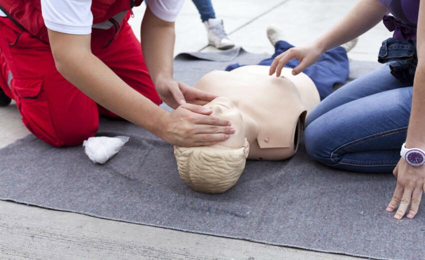 Оказание первой помощи пострадавшим — описание процедуры