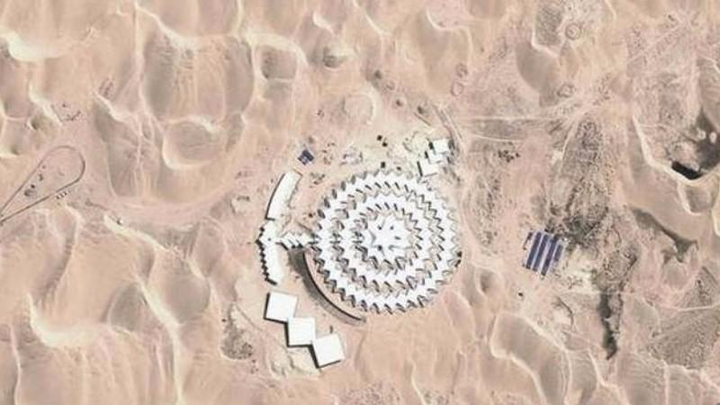 В пустыне Китая обнаружили загадочное здание с шипами