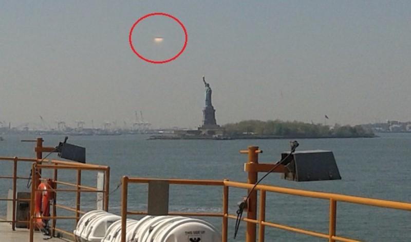 В Нью-Йорке над статуей Свободы завис НЛО