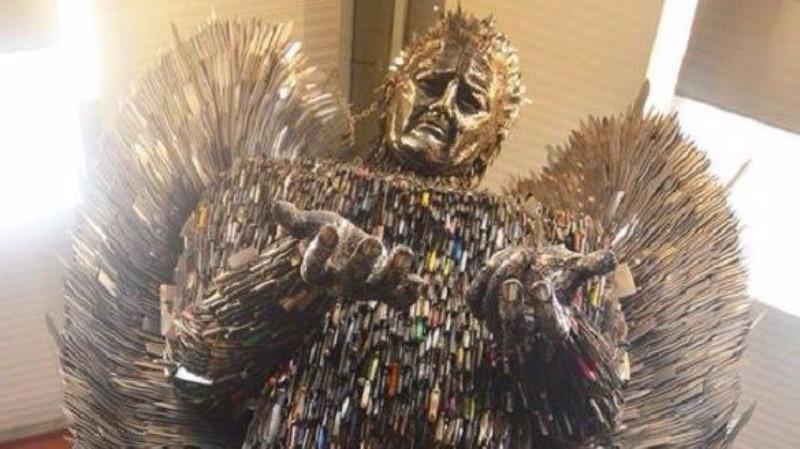 Художник создал скульптуру ангела из ножей – орудий убийств