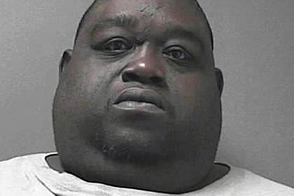Полиция арестовала 200-килограммового мужчину с марихуаной в жировых складках