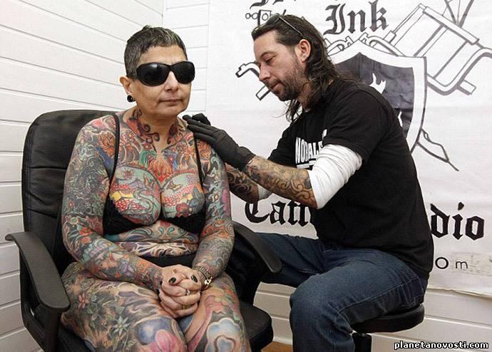 Слепая женщина покрыла все свое тело татуировками,ради рекорда