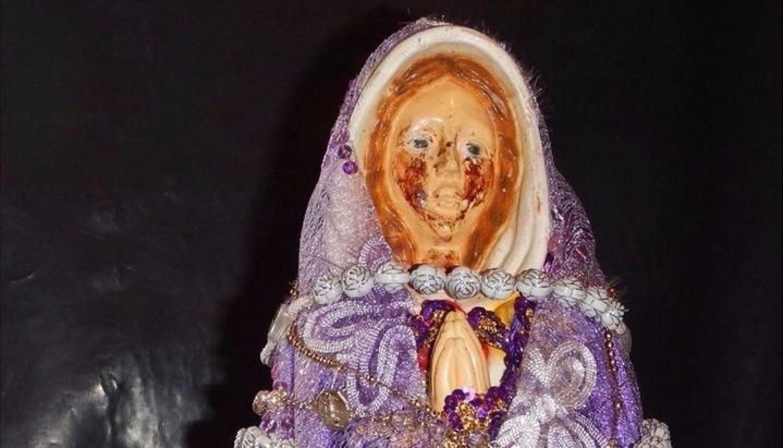 Заплакала кровью во время молитвы: в Аргентине замироточила статуя Девы Марии
