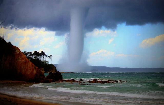 Водяной торнадо развлекал нудистов на пляже в Испании