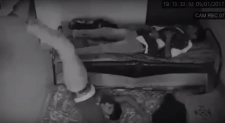 Призрак стаскивает спящего мужчину с кровати