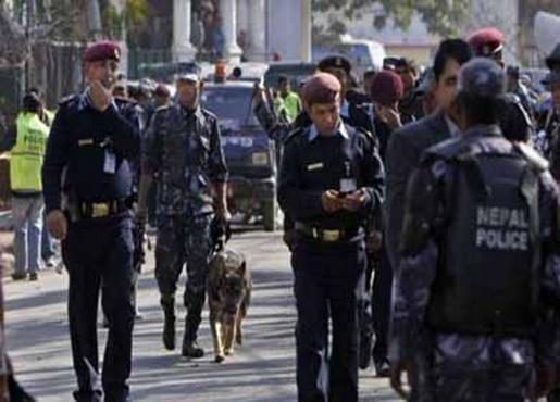 Полицейские из Непала учатся улыбаться прохожим