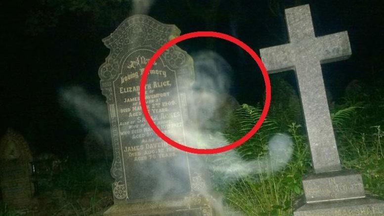 Житель Англии запечатлел на кладбище души умерших