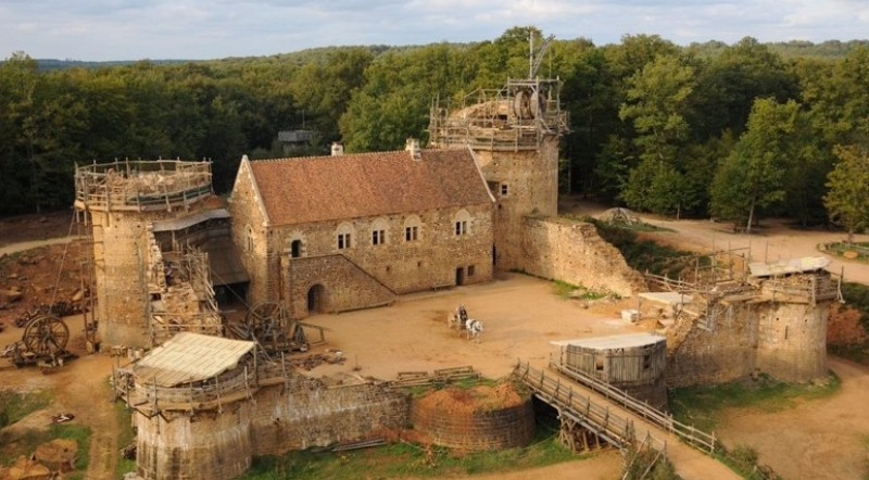 Во Франции возводят средневековый замок по проектам и технологиям XIII века