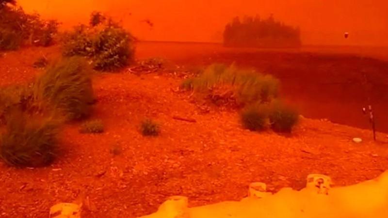 В Канаде озеро окрасилось в кроваво-красный цвет