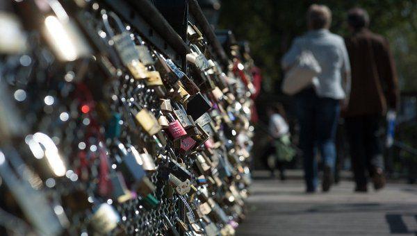 В Париже под грузом «замков любви» обрушилась решетка моста Искусств